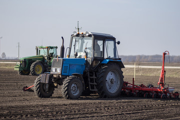 tractor in the field sow