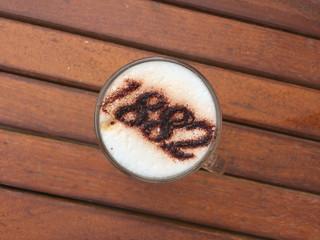 Cappuccino su sfondo di legno