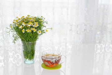 一杯の紅茶と美しい花