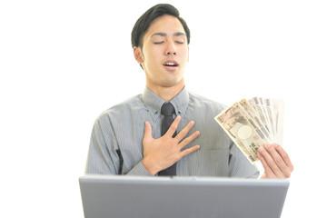 紙幣を持ち喜ぶビジネスマン