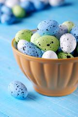 uova pasquali colorate nella ciotola