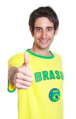 Brasilianer mit kurzen schwarzen Haaren zeigt den Daumen