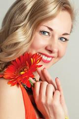 Портрет красивой зрелой женщины с цветком.