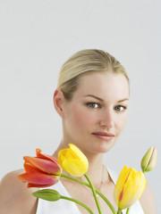 Lächelnde junge Frau mit einem Blumenstrauß