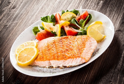 Grilled salmon and vegetables - 80622841