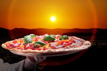 Frisch servierte Salami Pizza in der Abendsonne Italiens