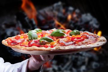 Salami Pizza frisch aus dem Holzofen serviert