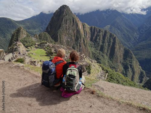 Foto op Aluminium Rudnes Couple admiring Machu Picchu