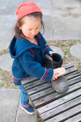 靴磨きをする女の子