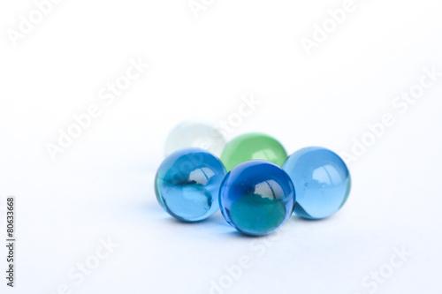 Billes de verre bleu, vert et transparent 1 - 80633668