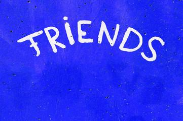 Aufschrift - Friends - auf einer Wand in Knall-Blau