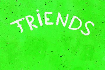 Aufschrift - Friends - auf einer Wand in Knall-Grün
