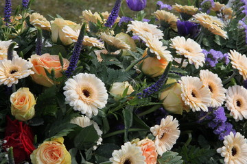 Blüten der Trauer auf einem Grab
