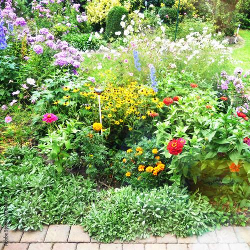 Leinwanddruck Bild Blühende Staudenpflanzen im Garten, Bauerngarten