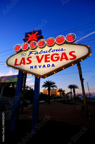 Fotobehang Las Vegas Welcome to Fabulous Las Vegas sign at night, Nevada