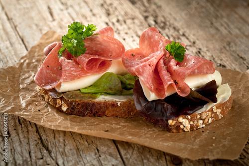 Staande foto Snack Salami sandwich