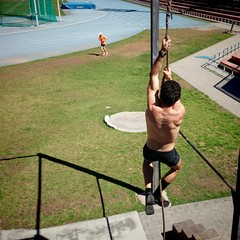 Deportista subiendo cuerda