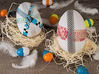 Riese Ostereier im Nest mit kleinen bemalten Eiern