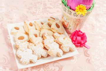 uovo di cioccolato con biscotti in pasta di mandorle per pasqua