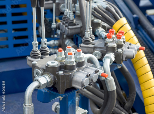 Hydraulic tubes, fittings and levers on control panel - 80663889