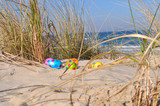 5 Ostereier in den Dünen, Dünengras, Ostsee im Hintergrund