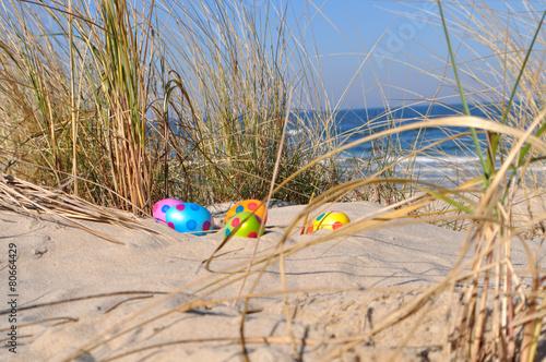 Fotobehang Egg 5 Ostereier in den Dünen, Dünengras, Ostsee im Hintergrund