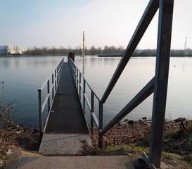 Steg und Bootanlegestelle am Kanal