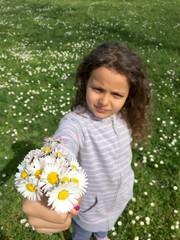 bambina con margherite