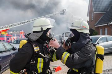 Feuerwehrmänner unter Atemschutz