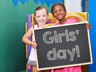 Mädchen halten Tafel für Girls' Day