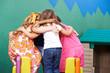 Kinder im Kindergarten bilden Haufen zur Besprechung