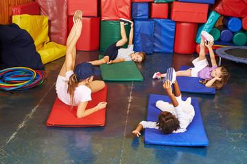 Gruppe Kinder beim Kindersport im Kindergarten