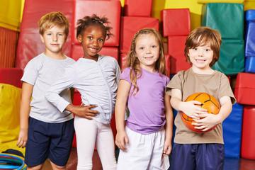 Kinder bilden Mannschaft für Ballspiel