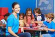 Frau als Kindergärtnerin mit Gruppe Kinder