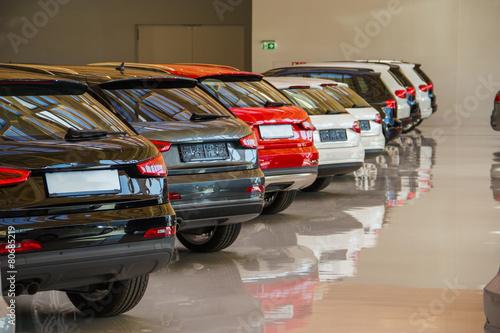 Autos in einem Autohaus - 80685219