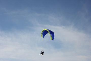 paracadute a motore nel cielo