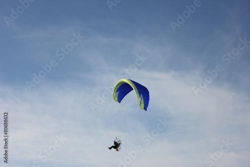 paracadute a motore nel cielo - 80688632