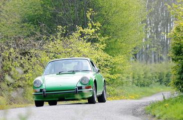 voiture Porsche sur route de campagne