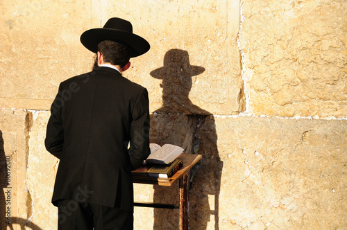 Leinwanddruck Bild Religious orthodox jew praying at the Western wall in Jerusalem.