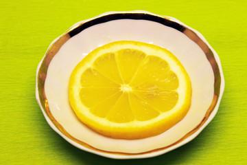 лимон на блюдце