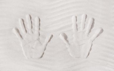 Zwei Hände im Sand am Strand im Sommer als Hintergrund
