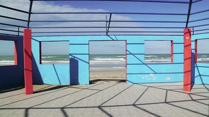 Struttura colorata sulla spiaggia