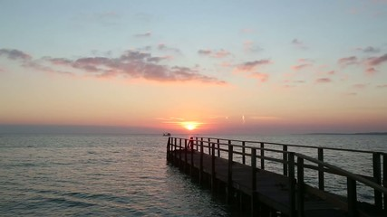Baia all'alba con imbarcazione