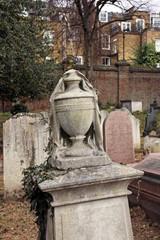 vase und tuch skulptur auf grabstein
