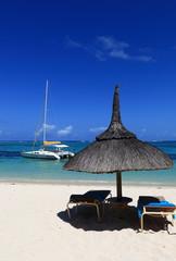 plage sauvage déserte  et catamaran sur l'île maurice
