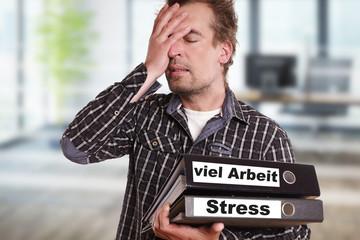 Mann hat Stress und viel Arbeit