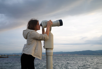 Woman look in pay binocular