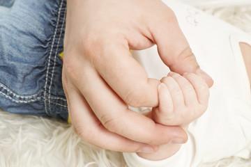 Vater hält Hand vom Baby