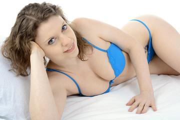 Frau entspannt im Bett