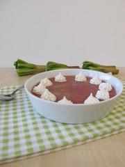 Rhabarber Gelee Dessert mit Sahnehäubchen